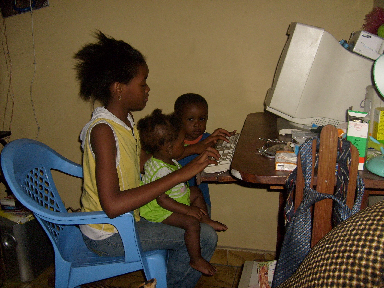 Des enfants et l'ordinateur